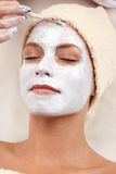 黏土面部屏蔽妇女年轻人 免版税库存照片