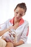 黏土面部屏蔽妇女年轻人 免版税库存图片