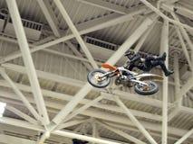 土骑自行车的人飞行通过空气 库存照片