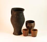 黏土水罐和杯子 免版税库存照片