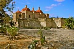 圣・帕布鲁棕色教会和在Mitla的Zapotec废墟 免版税库存照片