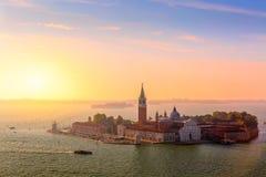 圣乔治堂di马吉欧雷海岛鸟瞰图在美好的日出的威尼斯 ?? 免版税库存图片