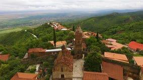 圣乔治教会华美的鸟瞰图在有阿拉扎尼河谷的Signagi镇 股票视频