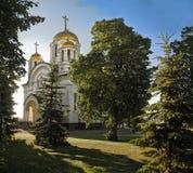 圣乔治教会的看法翼果的俄罗斯在一个夏天晴朗的晚上 库存照片