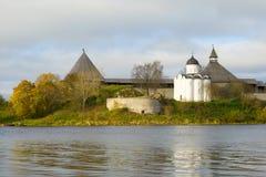 圣乔治教会看法在Staroladozhskaya堡垒在一多云10月天 列宁格勒地区,俄罗斯 图库摄影