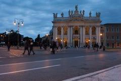 圣乔瓦尼的大教堂门面的Nightview在罗马 库存图片