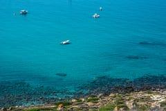 圣乔瓦尼di Sinis海岸线在一个晴天在撒丁岛 免版税库存照片