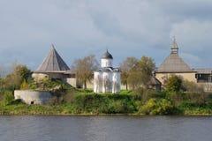 圣乔治中世纪东正教在Staraya拉多加堡垒,多云9月天 冬天 免版税库存照片