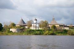 圣乔治中世纪教会的看法在Staraya拉多加堡垒,多云9月天 冬天 库存照片