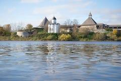 圣乔治中世纪教会的看法在Staraya拉多加堡垒, 9月天 俄国 免版税库存图片