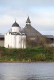 圣乔治古老教会和老拉多加堡垒的塔 10月天 冬天 免版税库存图片