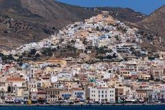 圣乔治天主教大教堂和全景Ermopoli,锡罗斯岛,希腊Ermopoli镇的  免版税库存图片