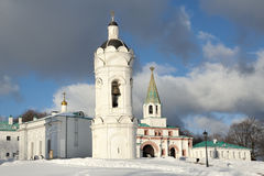 圣乔治教会的钟楼在Kolomenskoye在冬天 图库摄影