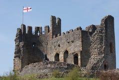 圣乔治旗子中世纪城堡的 图库摄影