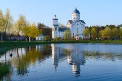 圣亚历山大・涅夫斯基教会在度假区池塘,戈梅利 免版税图库摄影