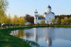 圣亚历山大・涅夫斯基教会在度假区池塘,戈梅利 图库摄影