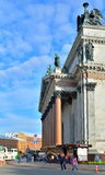 圣以撒的大教堂现金和柱廊在一个晴天在Sa中 免版税库存图片