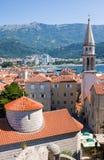 圣伊冯,布德瓦老镇、山和海教会看法  黑山 库存图片
