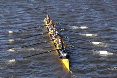 圣伊格纳罗学校乘员组在查尔斯赛船会人` s青年时期Eights头赛跑  图库摄影