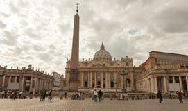圣伯多禄在梵蒂冈的` s正方形与游人 免版税库存照片