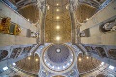 圣伯多禄大教堂天花板在梵蒂冈,罗马,广角 库存照片