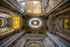 圣伯多禄大教堂天花板在梵蒂冈,罗马,广角 免版税库存照片