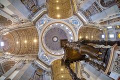 圣伯多禄大教堂天花板在梵蒂冈,罗马,广角 图库摄影