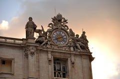圣伯多禄大教堂梵蒂冈的 圣徒和一个大时钟有些雕象装饰的看法直角  免版税库存图片