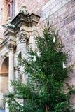 圣伯多禄教会和圣诞树的片段在里加 免版税库存图片