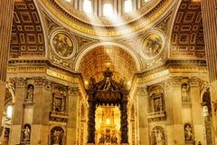 圣伯多禄的大教堂内部在罗马 图库摄影