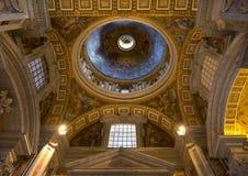 圣伯多禄的大教堂内部  图库摄影