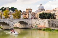 圣伯多禄的大教堂和台伯河河 意大利罗马 库存照片