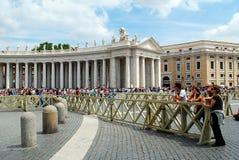 圣伯多禄的广场的游人在梵蒂冈 免版税库存照片