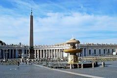 圣伯多禄的广场的游人在梵蒂冈 图库摄影