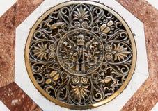 圣伯多禄` s在地板上的大教堂艺术在大教堂里面 免版税库存照片