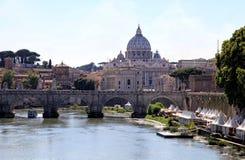 圣伯多禄` s大教堂和圣徒安吉洛桥梁在罗马,意大利 免版税库存图片