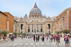 圣伯多禄` s大教堂在梵蒂冈和Steet通过della Conciliazi 库存照片