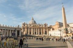 圣伯多禄` s大教堂有从正方形的方尖碑视图 库存照片