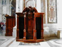 圣伯多禄` s大教堂的被雕刻的木自白 免版税库存照片