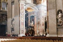 圣伯多禄` s大教堂艺术和结构在大教堂里面 免版税库存照片