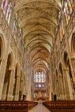 圣但尼教堂中殿内部大教堂大教堂  免版税库存照片