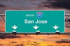 圣何塞加利福尼亚路线101与日落天空的高速公路标志 库存图片