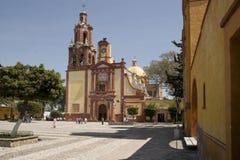 圣佩德罗火山和圣巴勃罗广场和教会的看法在Cader 图库摄影