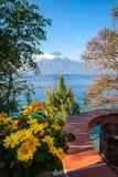 圣佩德罗火山从一个迷人的大阳台的火山视图在湖Atitlan岸  免版税库存图片