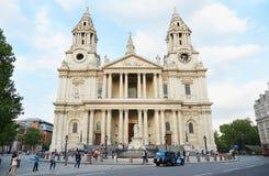 圣保罗与人的大教堂门面在伦敦 免版税图库摄影