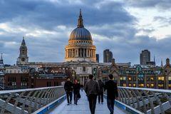 圣保罗从千年桥梁的` s大教堂,伦敦 免版税图库摄影