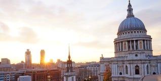 圣保罗伦敦地平线日落一新的变动的` s大教堂 免版税图库摄影