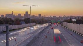 圣保罗和遥远的米尼亚波尼斯一个中景,明尼苏达国会大厦大厦和高速公路交通到双城d里 影视素材