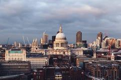 圣保罗在伦敦地平线的` s Cathderal圆顶在多云天 免版税库存图片