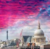 圣保罗在日落的大教堂和伦敦地平线 免版税库存图片